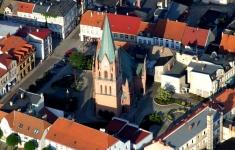 Kościół i starówka widziane z lotu ptaka