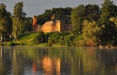 Zamek Drahim widziany z jeziora Żerdno